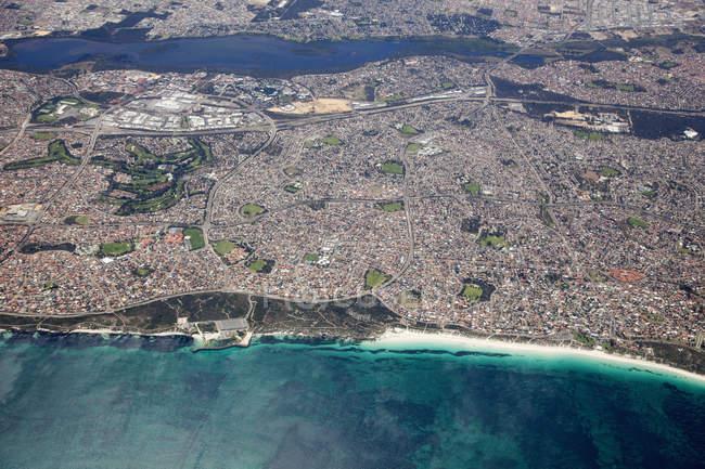 Vista aerea della città sulla costa oceanica , — Foto stock