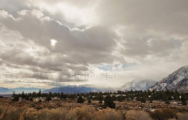 Краєвид долини, на фоні гори під scenic cloudscape — стокове фото