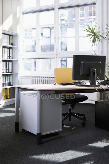 Interior do ambiente de escritório vazio e pacífico — Fotografia de Stock
