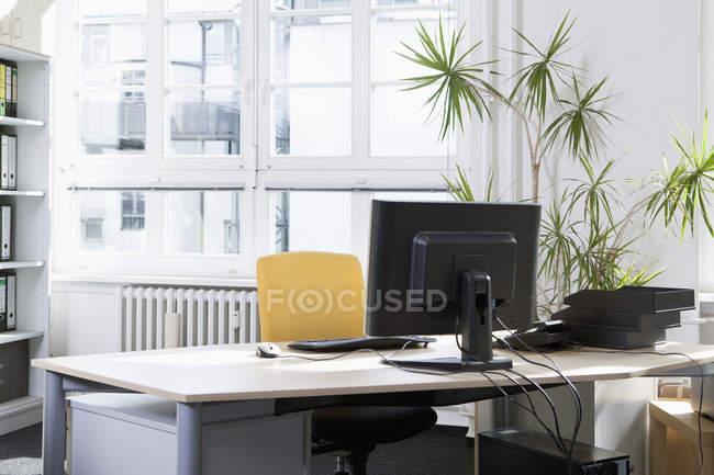Lugar de trabajo tranquilo y vacío en la oficina - foto de stock
