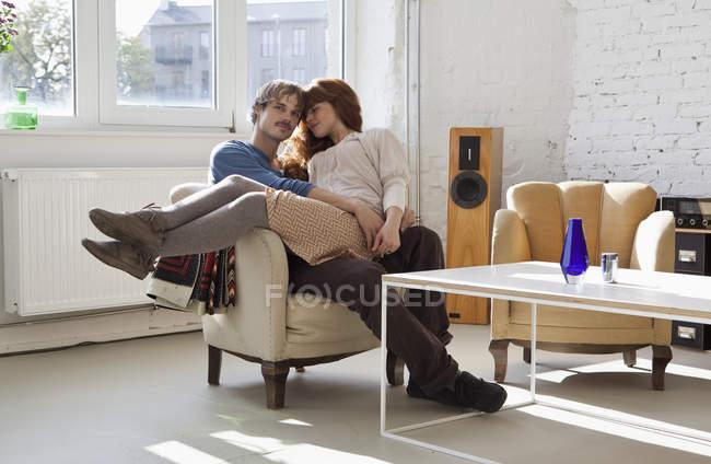 Девушка, сидящая на коленях у своего парня — стоковое фото
