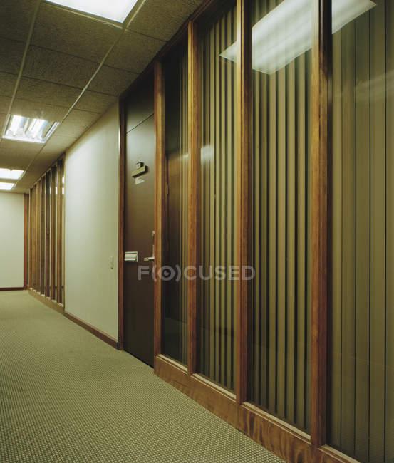 Vista interior do corredor de escritório com detalhes em madeira — Fotografia de Stock