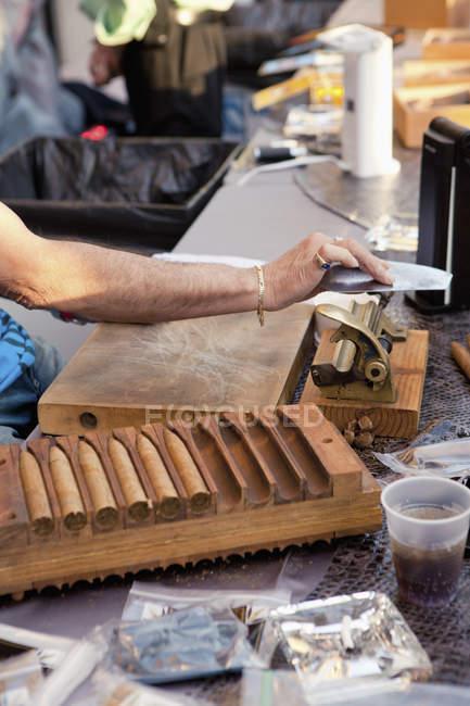 Ernte-Hände mit Werkzeugen in Zigarre machen Fabrik — Stockfoto