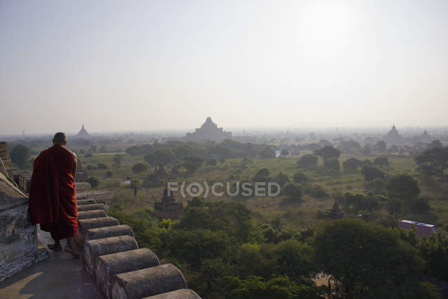Temples of Bagan and Buddhist monk, Myanmar — Stock Photo
