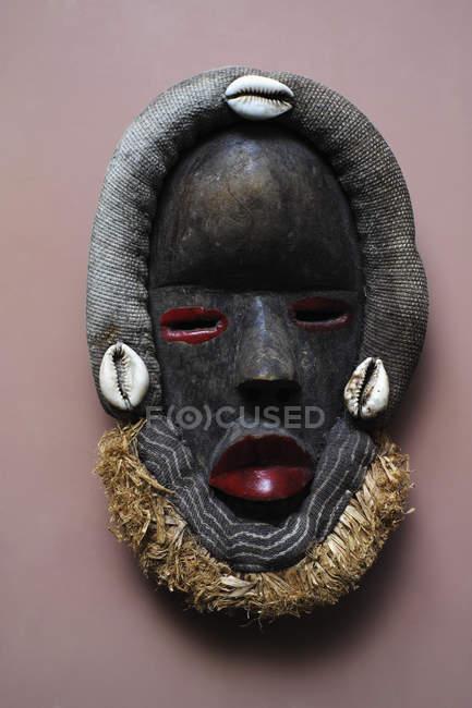Afrikanische ethnische Maske auf rosa Hintergrund — Stockfoto
