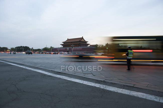 Gardien de la circulation à côté de la circulation sur la place de la ville — Photo de stock