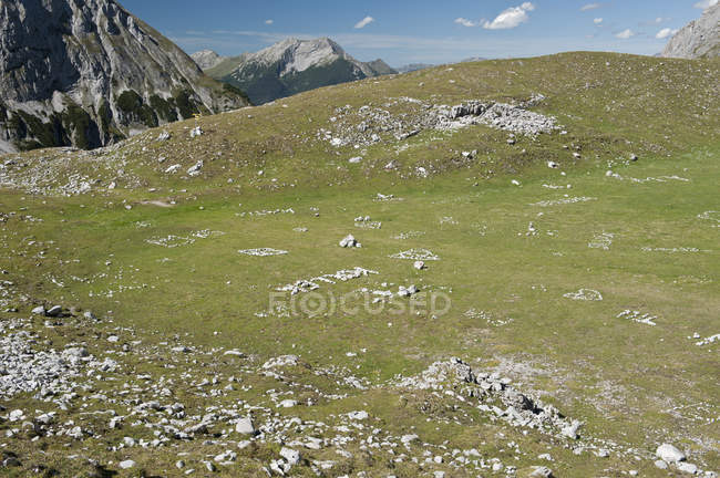 Landscape of green lawn at mountain terrain — Stock Photo