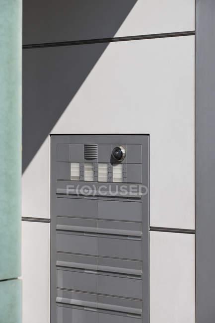 Почтовые ящики на стене при входе в жилой дом — стоковое фото