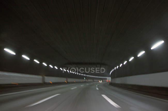 Розмиті постріл порожній підземних автодорожнього тунелю — стокове фото