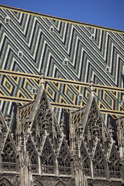 Плитка на крыше собора Святого Стефана, Вена, Австрия — стоковое фото