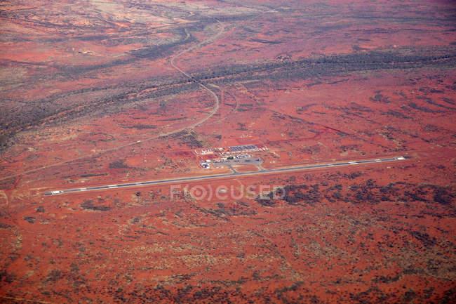Affichage distant vers l'aéroport au milieu de dessert rouge — Photo de stock