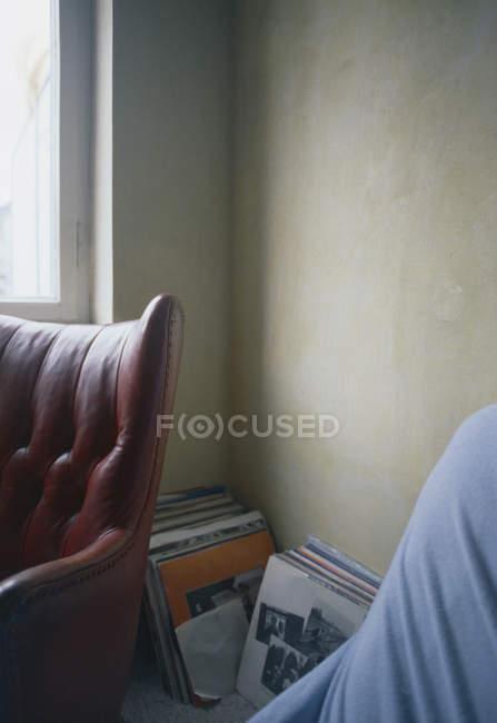 Куча виниловых пластинок, сложенных в углу комнаты — стоковое фото