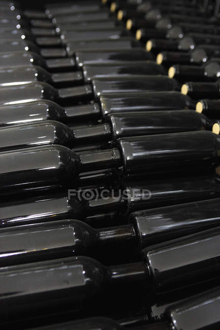Full frame view of stack of red wine bottles — Stock Photo