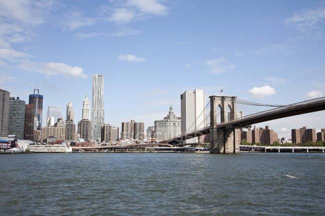A ponte de Brooklyn e Manhattan skyline vista do outro lado do Rio East — Fotografia de Stock
