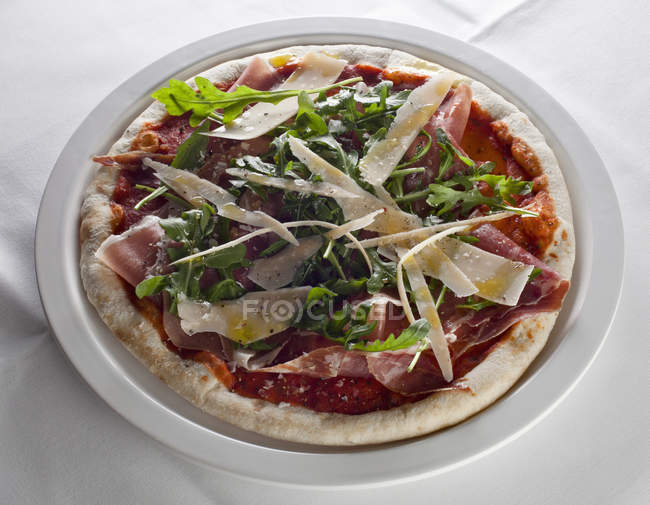 Close up view of pizza with ham and cheese on plate — Stock Photo