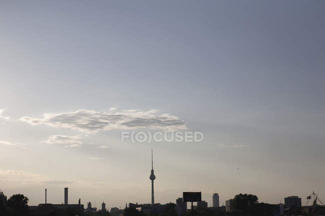 Silueta del horizonte de Berlín con Alexanderplatz Television Tower, Alemania - foto de stock