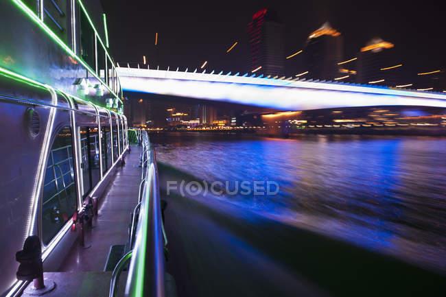 Яхта на Перл - Рівер (Гонконг) і розмитий міст на задньому плані — стокове фото