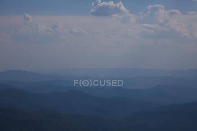 Tranquil mountains against cloudy skyscape — Stock Photo