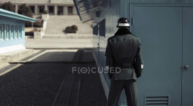 Vista posterior del soldado parado en la zona desmilitarizada de Corea, Corea del sur - foto de stock