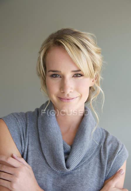 Ritratto di una giovane donna — Foto stock