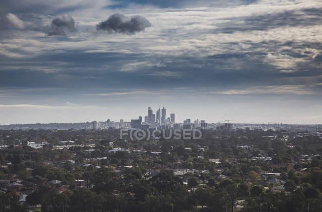 Vista das árvores que crescem em torno da cidade contra o céu nublado, Perth, Austrália Ocidental, Austrália — Fotografia de Stock