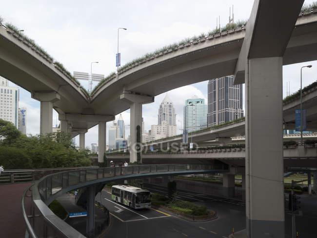 Rues et passages supérieurs en Shanghai — Photo de stock