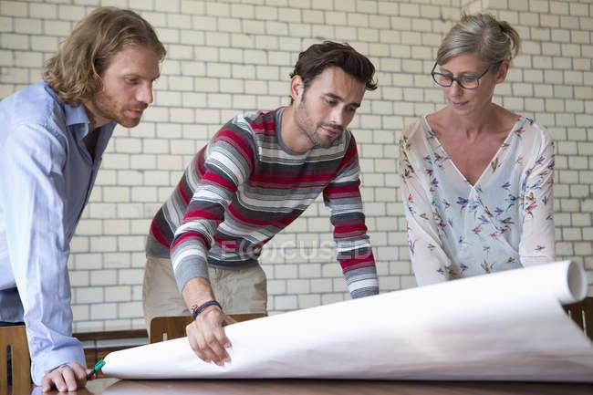 Коллеги обсуждают план — стоковое фото