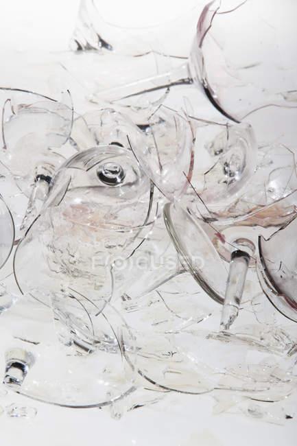 Зруйнованої келихи на пісок у sunlight — стокове фото