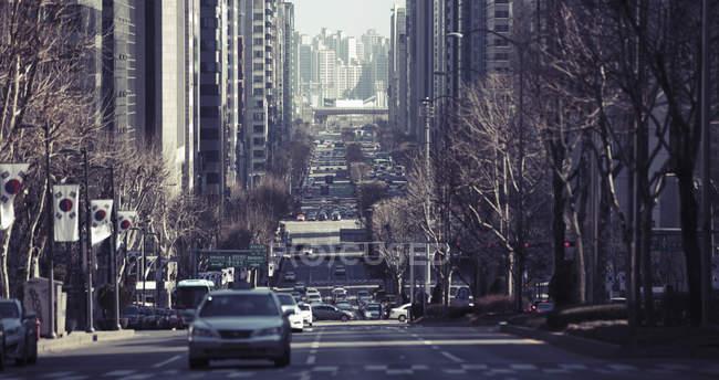 Уличное движение в южнокорейском городе — стоковое фото