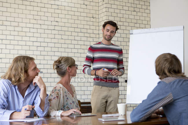 Коллеги по работе в зале заседаний — стоковое фото