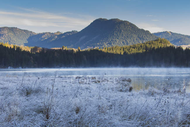 Idyllic view of Lake Hintersee and mountain at winter day — Stock Photo