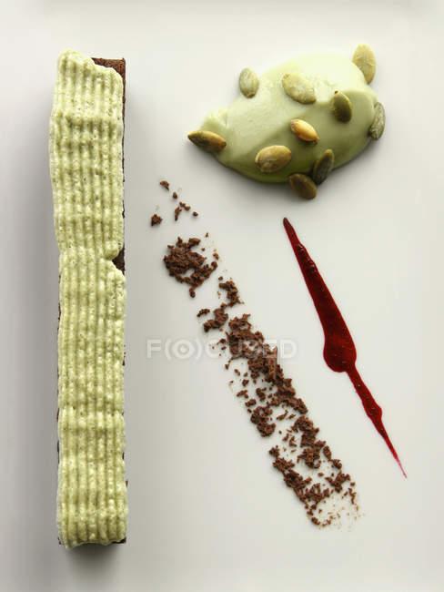 Pastel de chocolate con espuma de pistacho y pistacho natilla - foto de stock