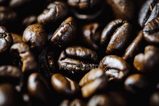 Повний кадр постріл смажених кавових зерен — стокове фото