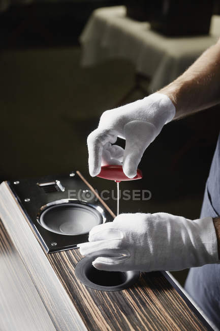Cropped image of repairman working with audio speaker — Stock Photo