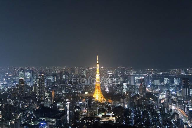 Vue aérienne de lumineux Tour de Tokyo au milieu du paysage urbain de nuit — Photo de stock