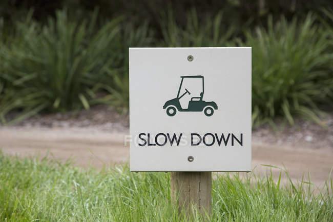 Сповільнити Попереджувальний знак на поле по грунтовій дорозі — стокове фото