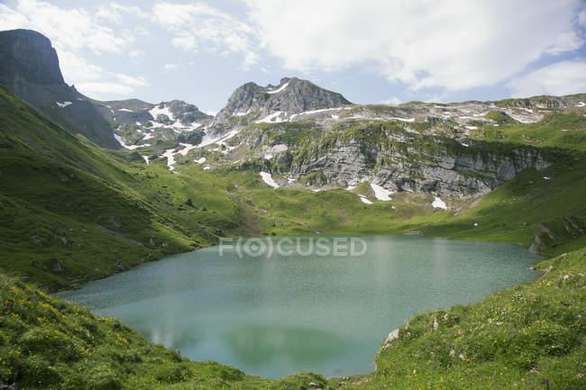 Idílico paisaje aéreo del lago de la montaña - foto de stock