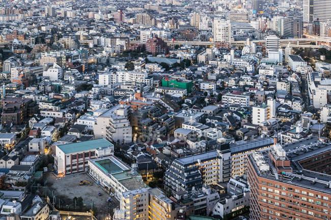 Vue aérienne de tours de ville et sur les toits au crépuscule — Photo de stock