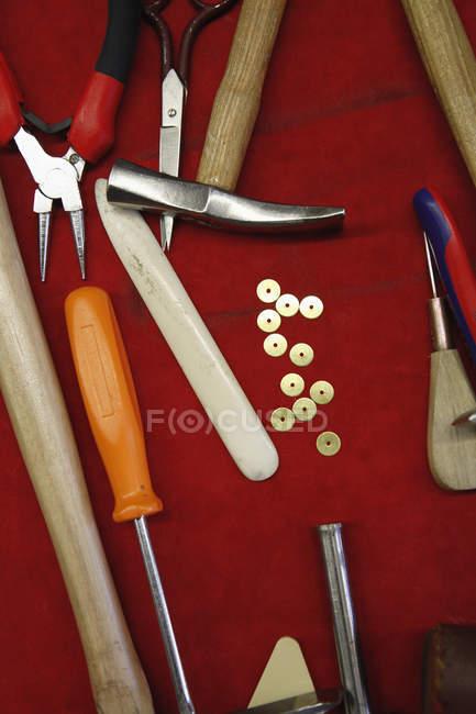 Rembourrage de types différents outils oh fond rouge — Photo de stock