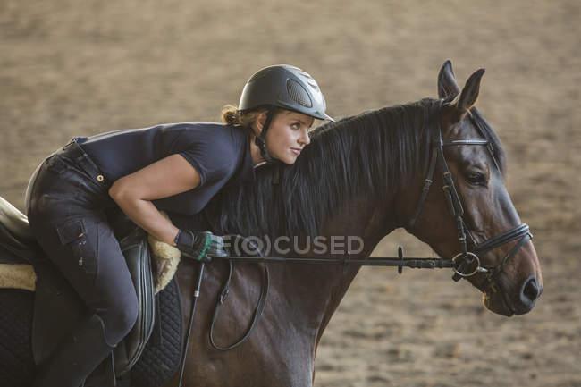 Vue latérale du cheval au ranch de femme — Photo de stock