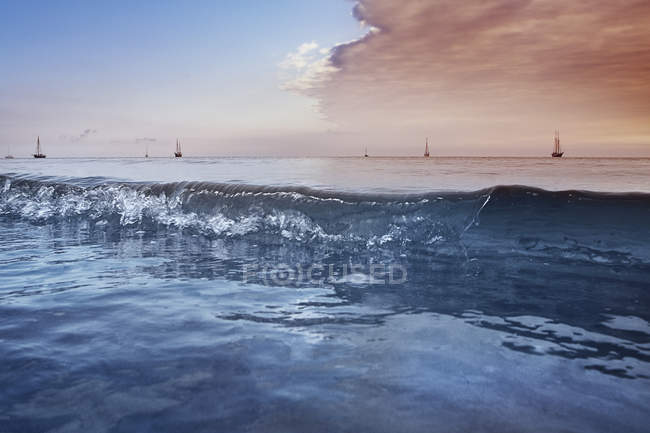 Vista distante de Veleiros mar contra cloudscape cênica — Fotografia de Stock