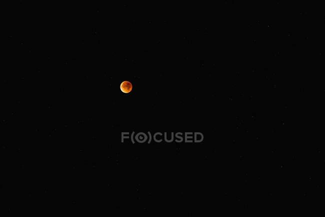 Мальовничий вид на повний місяць у нічному небі — стокове фото