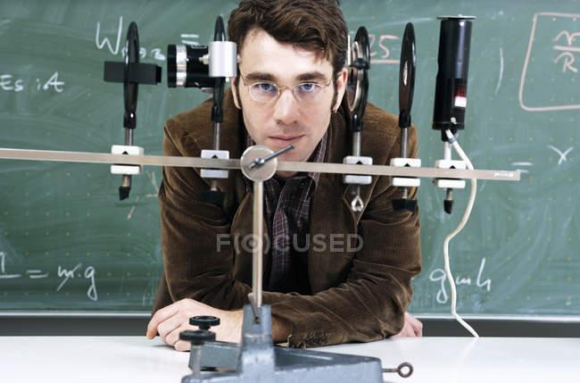Портрет вчителя з оптичним інструмент в класі — стокове фото
