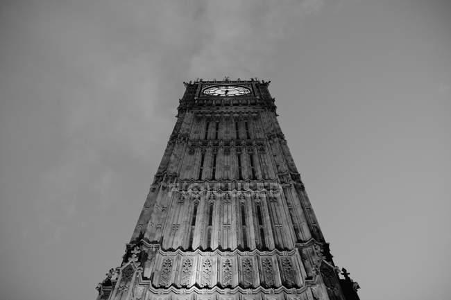 Нижній вигляд вежі Біг Бен над небо — стокове фото