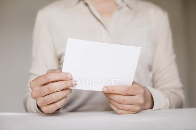 Mittelteil Mitte Erwachsene Frau mit leeren Karte — Stockfoto