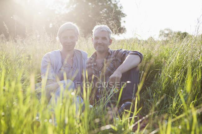 Портрет уверенной зрелой пары, отдыхающей от садоводства — стоковое фото