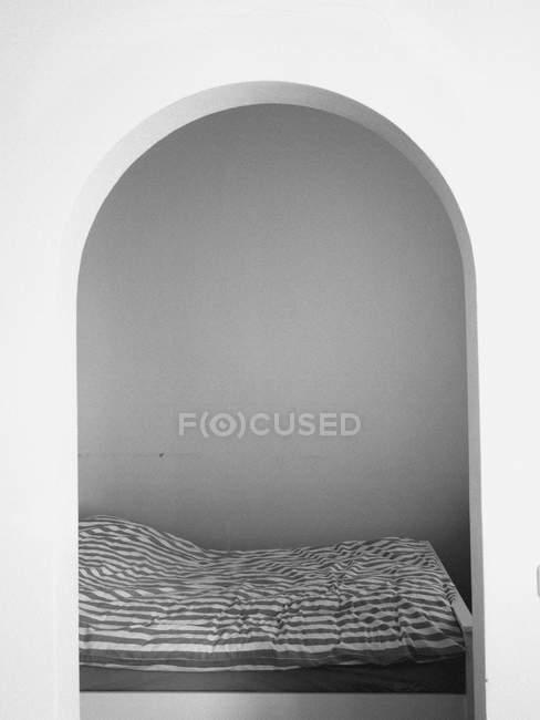 Vue intérieure du lit et de la chambre vue à travers l'arche — Photo de stock
