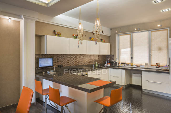 Vista interior da cozinha doméstica com cadeiras laranja — Fotografia de Stock