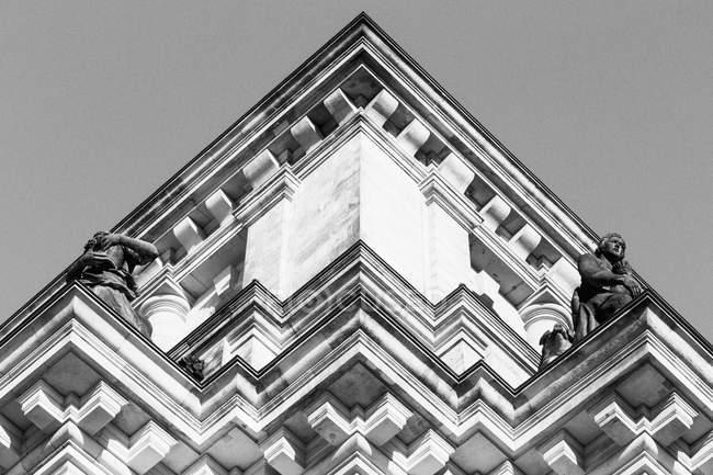 Vista inferiore di un edificio d'angolo di facciata contro il cielo libero — Foto stock