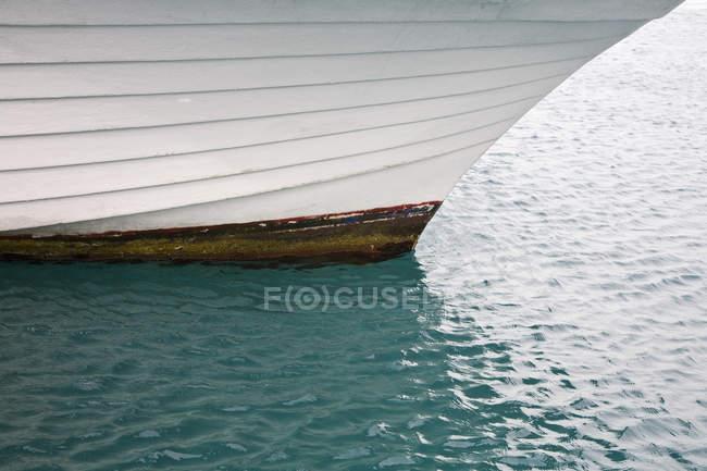 Dettaglio della barca galleggiante in acqua — Foto stock